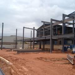VESTIARIO HALLIBRTON Corredores, halls e escadas industriais por STEEL PROJETOS Industrial