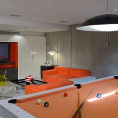 Residencia Valle Real: Salas multimedia de estilo moderno por Spacio