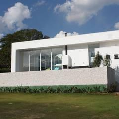 casa de campo moderna com linhas retas e geometricas, volumes que se intercalam: Janelas   por acr arquitetura