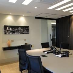 Projeto corporativo - escritório de advocacia: Escritórios  por LX Arquitetura