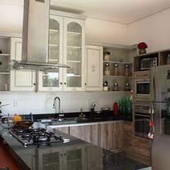 Uma casa rustica em um terreno com um Ipê Amarelo nativo no meio do terreno Cozinhas rústicas por Barros e Zanolini Arquitetura e construção Rústico