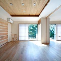 松尾台の終の住まい: 樋口章建築アトリエが手掛けたリビングです。,和風 木 木目調