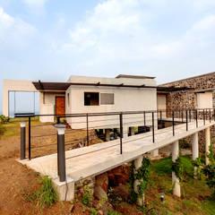 Kavardhara Villa :  Houses by Inscape Designers
