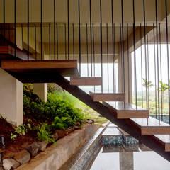 Kavardhara Villa :  Corridor & hallway by Inscape Designers