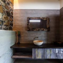 Kavardhara Villa :  Bathroom by Inscape Designers