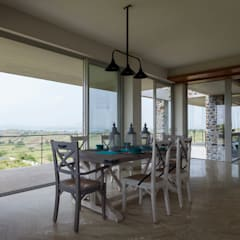 Kavardhara Villa : rustic Dining room by Inscape Designers