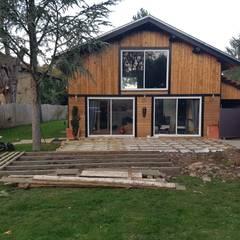 Création de la terrasse extérieure en prolongement du bâtiment: Spa de style de stile Rural par KREA Koncept
