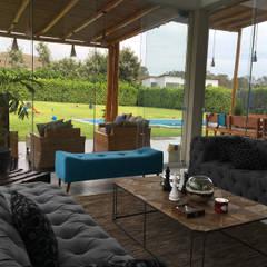 Una CASA DE CAMPO para soñar: Salas / recibidores de estilo rústico por malu goni