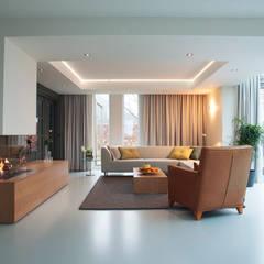 Restyling complete woning: moderne Woonkamer door VAN SCHIE ARCHITECTEN