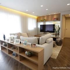 Exuberance Butantã: Salas de estar  por Angelica Hoffmann Arquitetura e Interiores