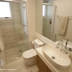 Exuberance Butantã: Banheiros  por Angelica Hoffmann Arquitetura e Interiores,Moderno