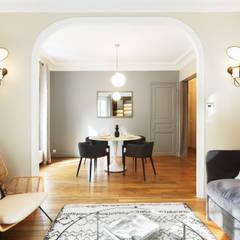 Écrin chic au coeur du Marais: Salle à manger de style de style eclectique par Catherine Plumet Interiors