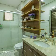 Apartamento com cara de casa - Estilo rústico: Banheiros  por Camarina Studio
