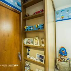 Apartamento com cara de casa - Estilo rústico: Quarto infantil  por Camarina Studio