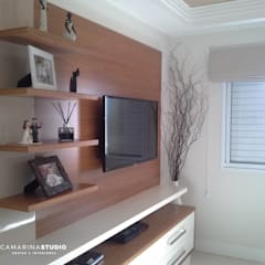 Apartamento contemporâneo: Salas de estar  por Camarina Studio