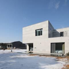 비한재 (秘閒齋) : 숨겨진 공간속의 한적한 집: 위즈스케일디자인의  주택
