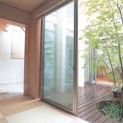 和室はゲストルームにもなり、パティオを挟んで、リビングが見えます。床は半畳の縁無し畳敷。: 豊田空間デザイン室 一級建築士事務所が手掛けた庭です。