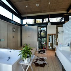 TREE HOUSE:  Bathroom by Studious Architects