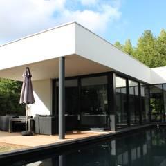 Black and White: Piscines  de style  par AM architecture