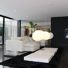 Black and White: Salle à manger de style de style Minimaliste par AM architecture