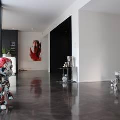 Black and White: Couloir et hall d'entrée de style  par AM architecture,