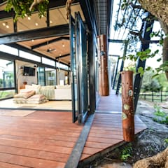 TREE HOUSE:  Patios by Studious Architects, Industrial