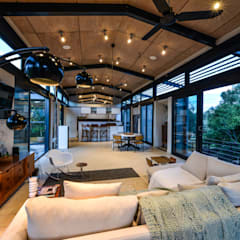 TREE HOUSE:  Living room by Studious Architects