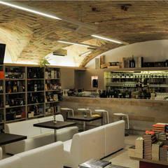 Bibliocaffè: Negozi & Locali commerciali in stile  di Studio Bianchi Architettura