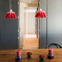 Un appartement moderne entre blanc et bois : Salle à manger de style  par ATELIER FB