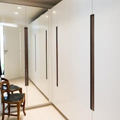 Un appartement moderne entre blanc et bois : Dressing de style  par ATELIER FB