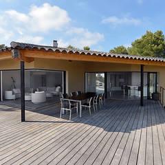 Réinvention Maison / La Cadière d'Azur: Salle à manger de style de style Méditerranéen par Atelier Jean GOUZY
