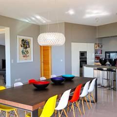 Création Maison / Porto-Vecchio : Salle à manger de style de style Méditerranéen par Atelier Jean GOUZY