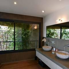Création Maison / Plan de Cuques : Salle de bains de style  par Atelier Jean GOUZY