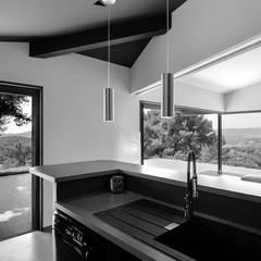 Création Maison / Le Beausset : Cuisine de style de style Méditerranéen par Atelier Jean GOUZY