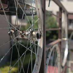 le ruote delle biciclette - materiale di riciclo - sono state utilizzate per creare il parapetto del terrazzo : Terrazza in stile  di Studio Dalla Vecchia Ing&Arch Associati