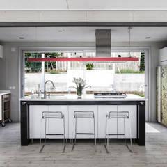 TARIFA HOUSE: Cocinas de estilo industrial por james&mau