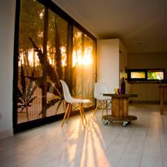 MENTA HOUSE: Salas de estilo  por james&mau