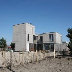 Houten huis Rieteiland Oost Amsterdam: moderne Garage/schuur door Architectenbureau Jules Zwijsen