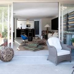 TIEMBLO HOUSE: Terrazas de estilo  por james&mau, Industrial