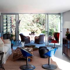 TIEMBLO HOUSE: Salas de estilo  por james&mau, Moderno