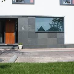 Wit modern huis Cronenburgh:  Ramen door Architectenbureau Jules Zwijsen
