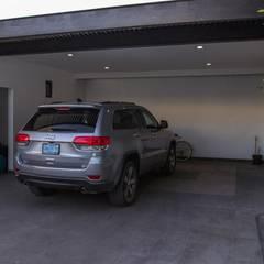 Garajes de estilo  por Arq. Beatriz Gómez G.