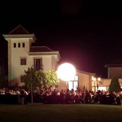 Terraza exterior para acoger los eventos: Jardines de estilo  de Vidal Molina Arquitectos