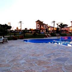 Vista desde la piscina de la hípica: Piscinas de estilo  de Vidal Molina Arquitectos