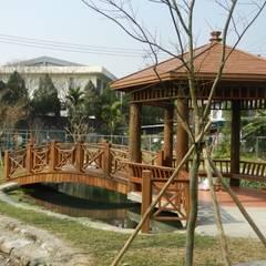 木結構拱橋及六角涼亭:  庭院 by 山田小草木作場