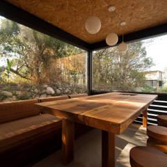 Salas / recibidores de estilo  por FAMWOOD 自然紅屋, Rústico