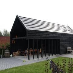 Knikwoning: moderne Garage/schuur door Architectenbureau Jules Zwijsen