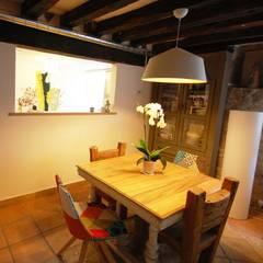 Caserío renovado: Comedores de estilo rústico de Habitaka diseño y decoración