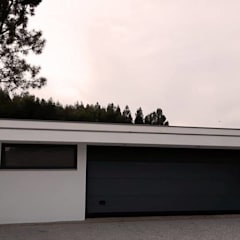 garagem e churrasqueira: Garagens e arrecadações  por Emprofeira - empresa de projectos da Feira, Lda.,Moderno Tijolo