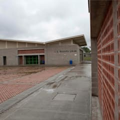 Colegio La Reliquia: Paredes de estilo  por MRV ARQUITECTOS